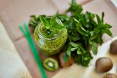 与猕猴桃和薄菏的新鲜的绿色圆滑的人 对一个健康未加工的食物概念的爱 吃健康 免版税图库摄影