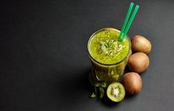 与猕猴桃和薄菏的新鲜的绿色圆滑的人 对一个健康未加工的食物概念的爱 吃健康 免版税库存照片