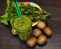与猕猴桃和薄菏的新鲜的绿色圆滑的人 对一个健康未加工的食物概念的爱 吃健康 图库摄影