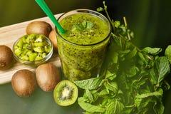 与猕猴桃和薄菏的新鲜的绿色圆滑的人 对一个健康未加工的食物概念的爱 吃健康 库存照片