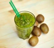 与猕猴桃和薄菏的新鲜的绿色圆滑的人 对一个健康未加工的食物概念的爱 吃健康 库存图片