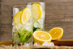 与猕猴桃和薄菏的鸡尾酒在木背景的一块玻璃 选择聚焦 与猕猴桃的自创柠檬水 免版税库存图片