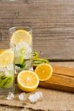 与猕猴桃和薄菏的鸡尾酒在木背景的一块玻璃 选择聚焦 与猕猴桃的自创柠檬水 图库摄影