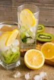 与猕猴桃和薄菏的鸡尾酒在木背景的一块玻璃 选择聚焦 与猕猴桃的自创柠檬水 免版税图库摄影