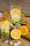 与猕猴桃和薄菏的鸡尾酒在木背景的一块玻璃 选择聚焦 与猕猴桃的自创柠檬水 库存图片