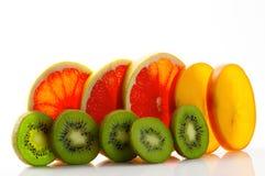 与猕猴桃的新鲜的成熟水多和开胃葡萄柚和柿子和他们的零件特写镜头,隔绝在白色背景 免版税库存照片