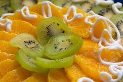 与猕猴桃和橙色切片的蛋糕 免版税库存图片