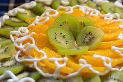 与猕猴桃和橙色切片的蛋糕 免版税图库摄影
