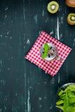与猕猴桃和菠菜的圆滑的人 顶视图 背景许多饺子的食物非常肉 免版税库存图片