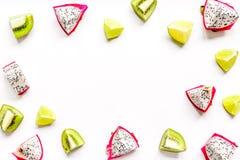 与猕猴桃, pitaya的异乎寻常的果子样式隔绝了白色背景顶视图大模型 库存图片
