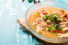 与猪排的热和辣汤在木背景 图库摄影