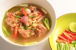 与猪排的热和辣汤在白色杯子 免版税库存图片