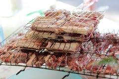 与猪肉、羊羔和牛肉kebabs的格子在自然 免版税库存照片