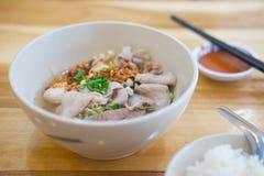 与猪肉内脏和菜的泰国样式面条 图库摄影