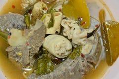 与猪肉内脏的煮沸的热和辣汤在碗 库存图片