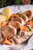 与猪肉大奖章和黄蘑菇调味汁的土豆 免版税图库摄影