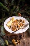 与猪肉大奖章和黄蘑菇调味汁的土豆 库存照片
