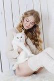 与猫一起的美好的性感的白肤金发的开会 库存图片