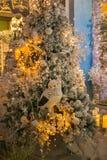 与猫头鹰和装饰的光亮的圣诞树 库存图片