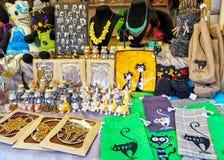 与猫标志的纪念品被显示在里加圣诞节市场上 免版税库存照片