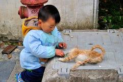 与猫的儿童游戏在西递村 库存照片