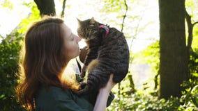与猫的妇女步行在公园 股票录像