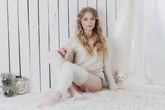 与猫的美好的性感的白肤金发的开会 库存图片