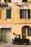 与猿汽车和洗涤的线的意大利场面 免版税库存图片