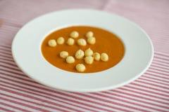 与玉米吹特写镜头的蕃茄乳脂状的汤 免版税库存照片