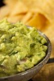 与玉米片的绿色自创鳄梨调味酱捣碎的鳄梨酱 免版税库存照片