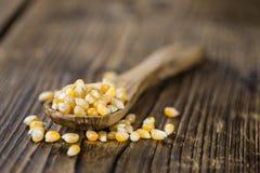 与玉米的部分的木桌 图库摄影