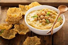 与玉米粉薄烙饼碗的自创hummus 免版税库存照片