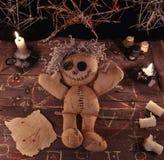 与玩偶和魔术对象的伏都教仪式 免版税库存图片