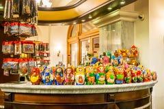 与玩偶的陈列室在礼品店 免版税库存图片