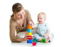 与玩具一起的孩子和母亲戏剧 库存图片