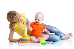 与玩具一起的男婴和母亲戏剧 免版税图库摄影