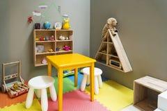 与玩具和家具的儿童游戏区域 免版税库存照片