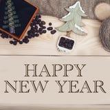 与玩具圣诞树的新年好题字 库存照片