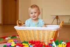 与玩具块的女孩戏剧 免版税图库摄影