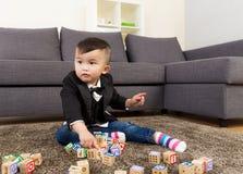 与玩具块的小男孩戏剧 免版税库存图片