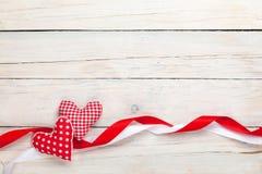 与玩具心脏和丝带的情人节背景 库存图片