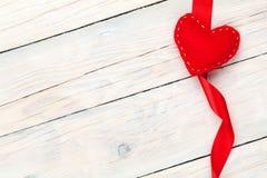 与玩具心脏和丝带的情人节背景 免版税库存照片