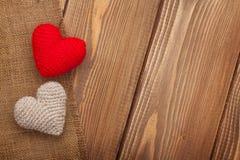 与玩具心脏的情人节背景 免版税库存图片