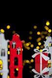 与玩具房子和礼物盒的新年明信片; 免版税库存图片