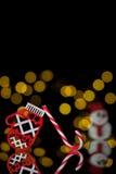 与玩具手套、棒棒糖和雪人的新年明信片; 库存图片