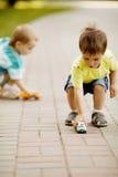 与玩具汽车的小男孩作用 免版税库存图片