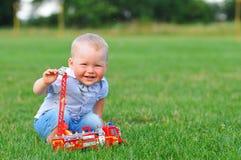 与玩具汽车的小男孩画象 免版税库存图片