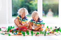 与玩具火车的儿童游戏 哄骗木铁路 免版税图库摄影