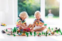 与玩具火车的儿童游戏 哄骗木铁路 免版税库存照片