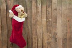 与玩具熊和礼品的圣诞节袜子 库存照片